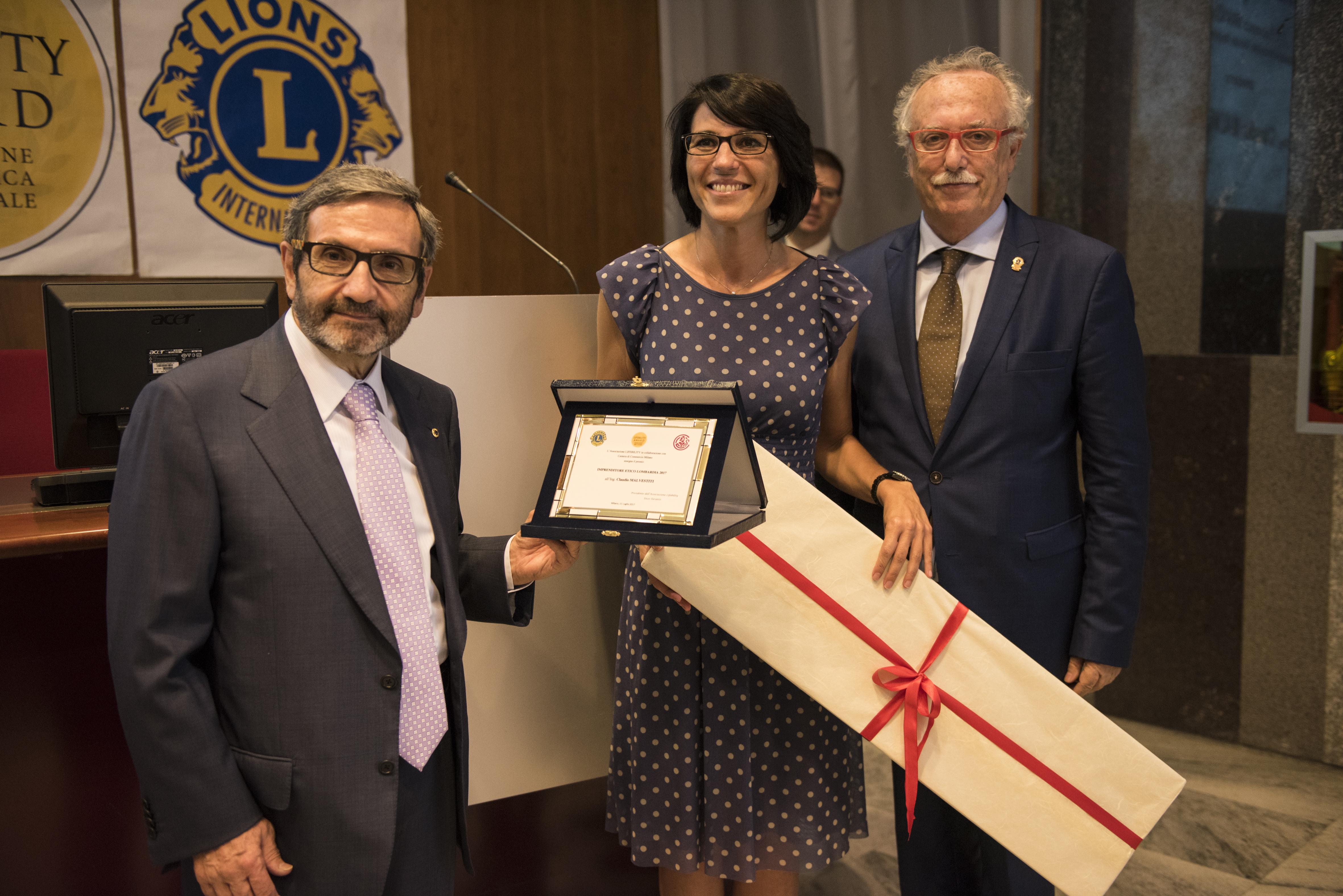 L'Ass. Francesca Brianza e Pierangelo Santagostino consegnano il premio all'imprenditore Claudio Malvestiti.