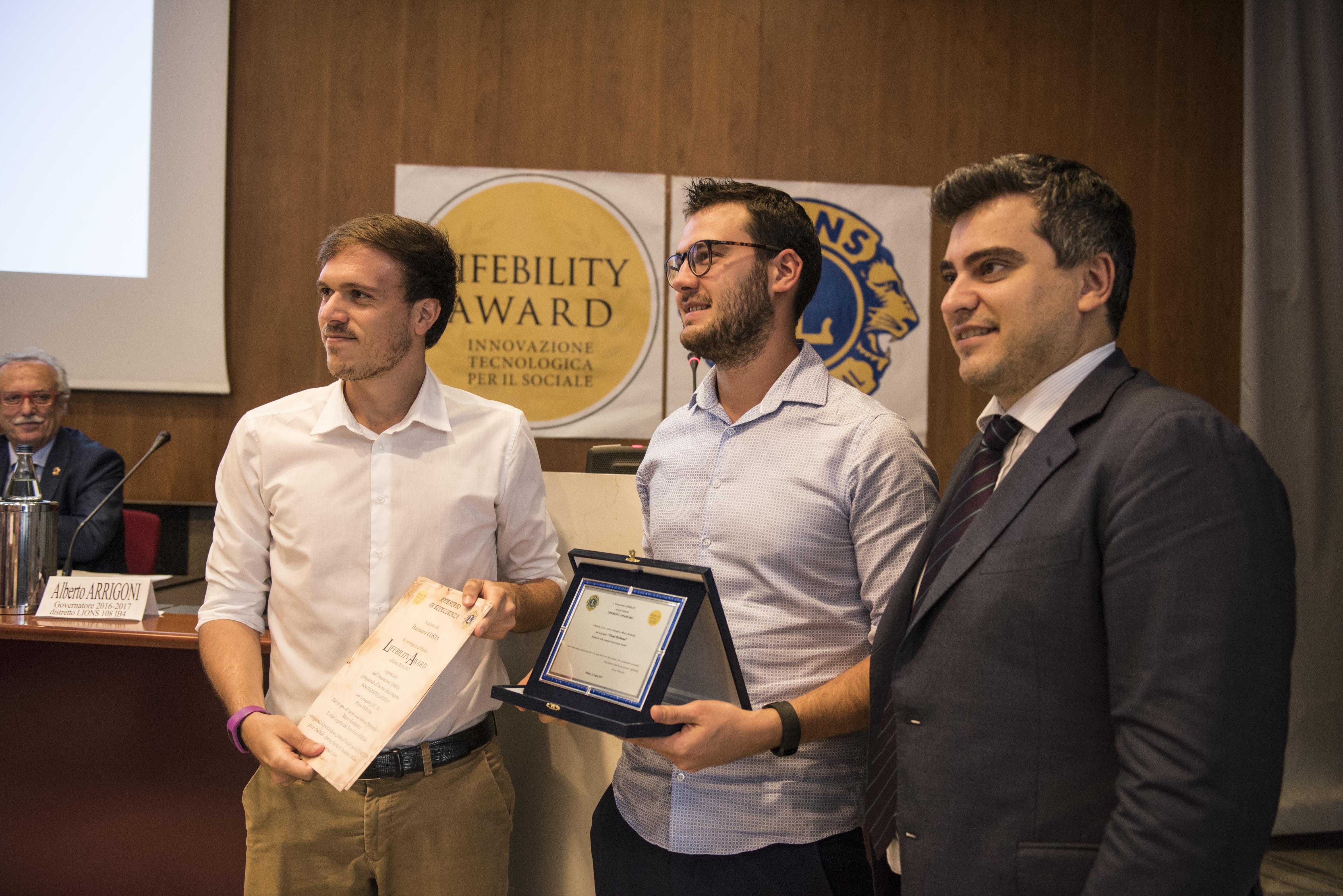 """Domenico Pannofino (PoliHub Milano) consegna il premio al progetto """"Flood HyDrone""""."""