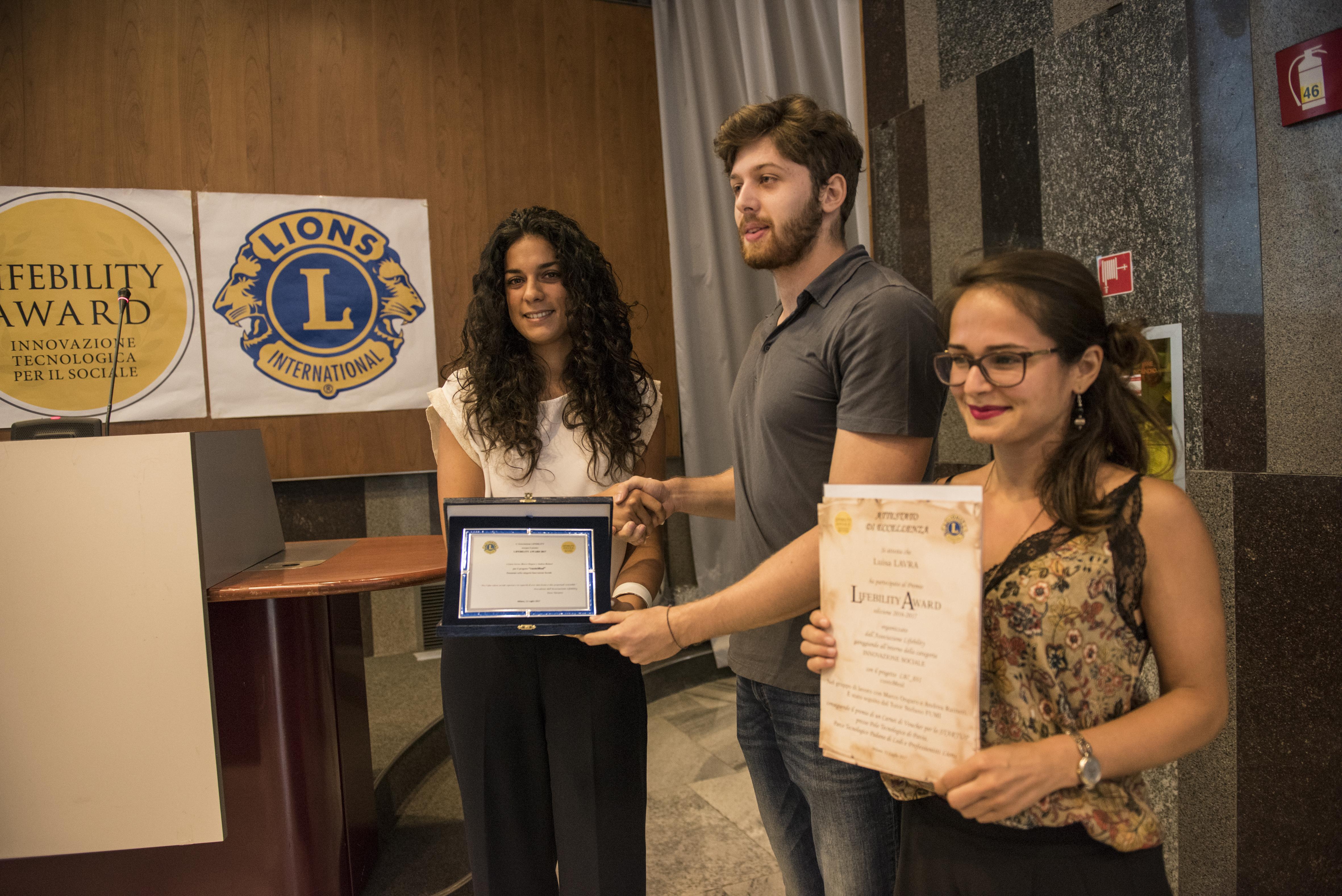 """Lorenza Silvestrin (Parco Tecnologico Padano) consegna il premio al progetto """"custoMeal""""."""