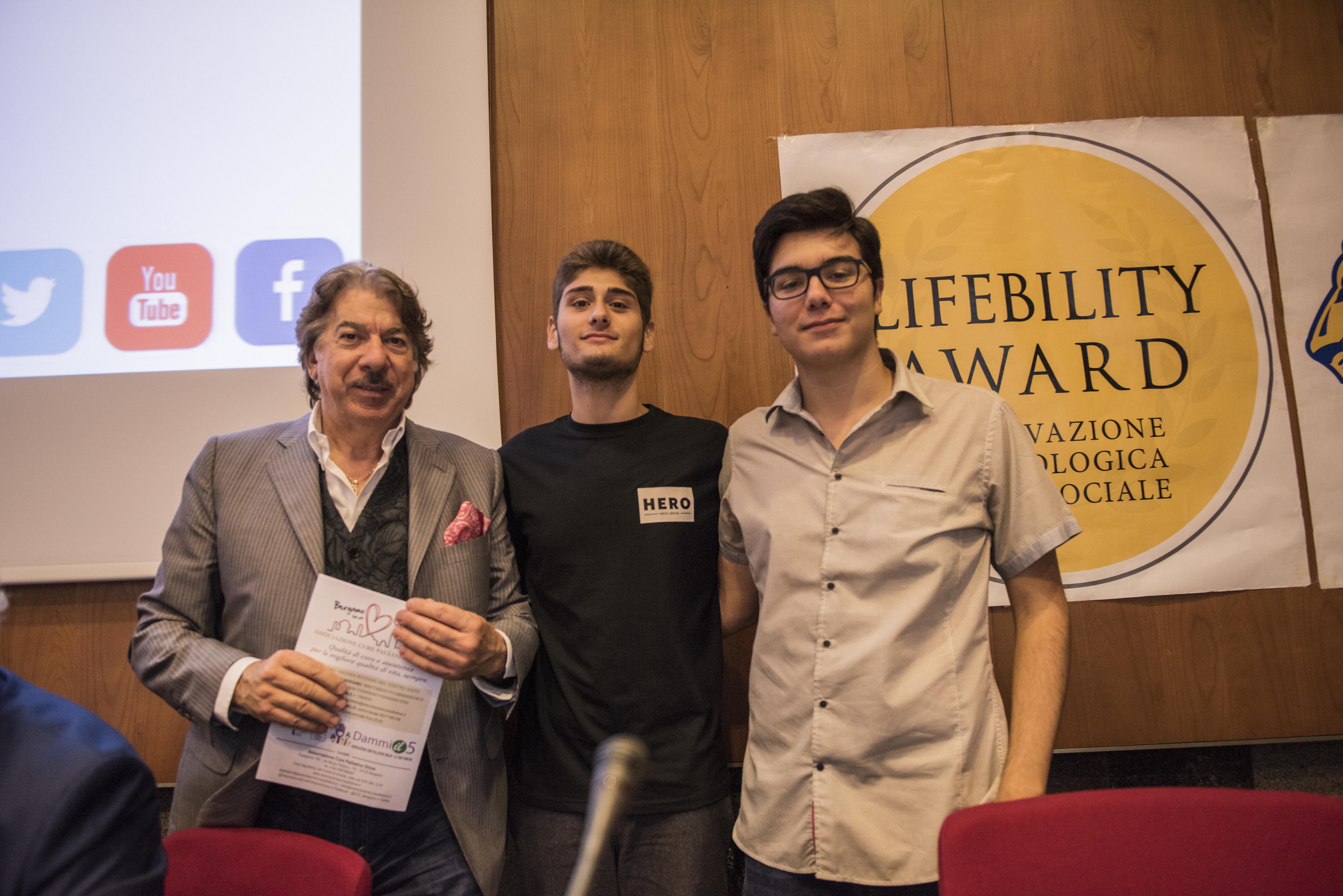 """Marco Columbro e alcuni membri del team dell'IIS """"Giancarlo Siani"""" di Napoli, che ha ricevuto la menzione d'onore per il progetto """"Safety Key Child""""."""