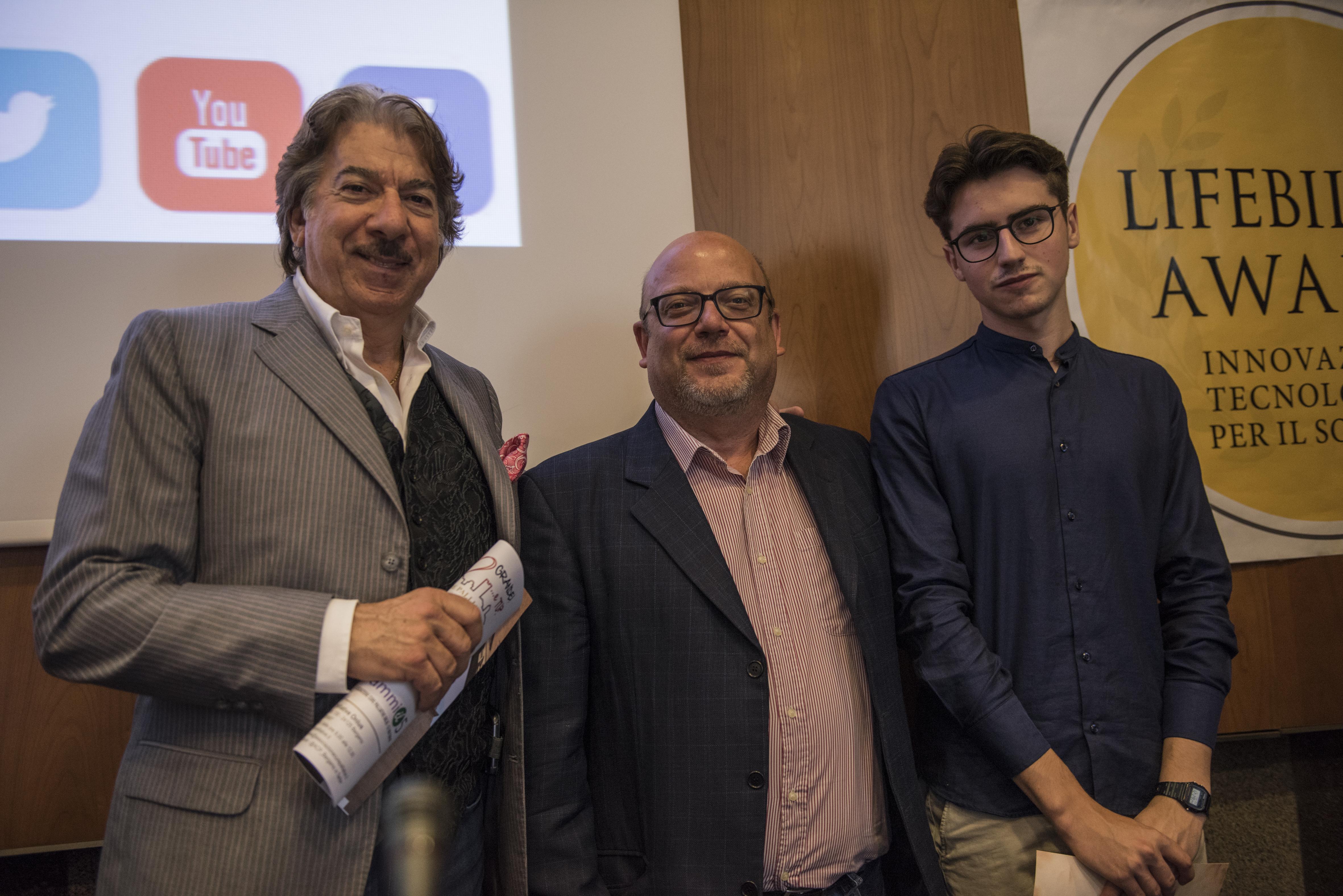 """Marco Columbro e alcuni membri del progetto """"Staeder Parking"""" dell'IIS """"Lorenzo Gigli"""" di Rovato."""